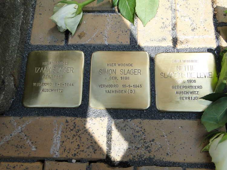 Struikelstenen Scholestraat 15 (foto Wieske Veldhuis)