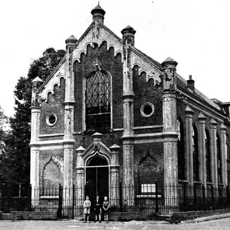 Aanzicht van de synagoge