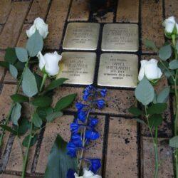 De stenen voor het gezin Vrieslander aan de Gasthuisstraat bij bloemisterij Gaal