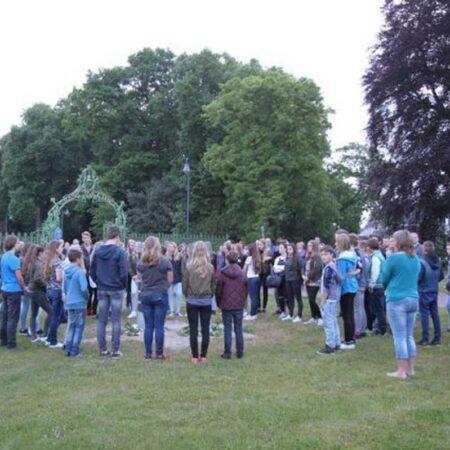 Legging van 51 rozen bij het joods herdenkingsmonument bij Rams Woerthe (bron www.eekeringe.nl)