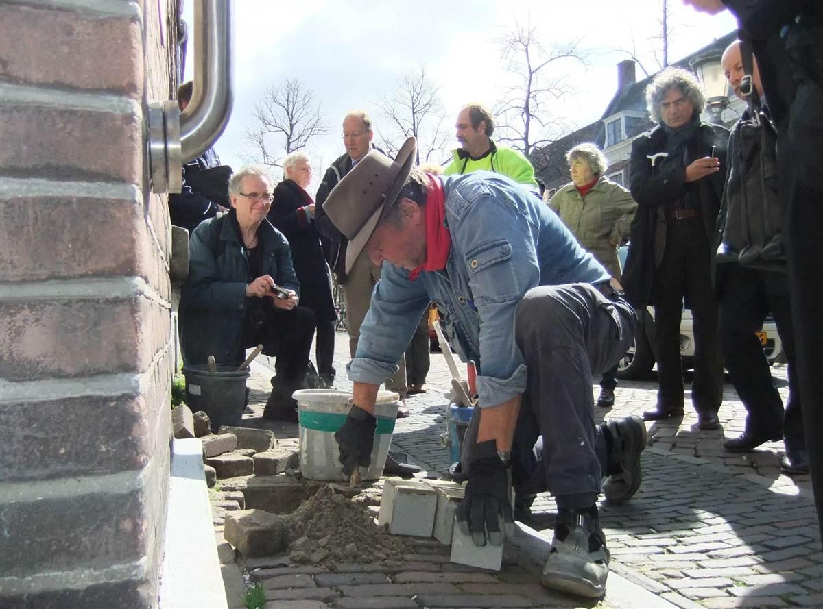 Gunter Demnig bij het voormalige Centraal Israëlitisch Weeshuis in Utrecht op 8 april 2010 (Foto: Wikipedia)