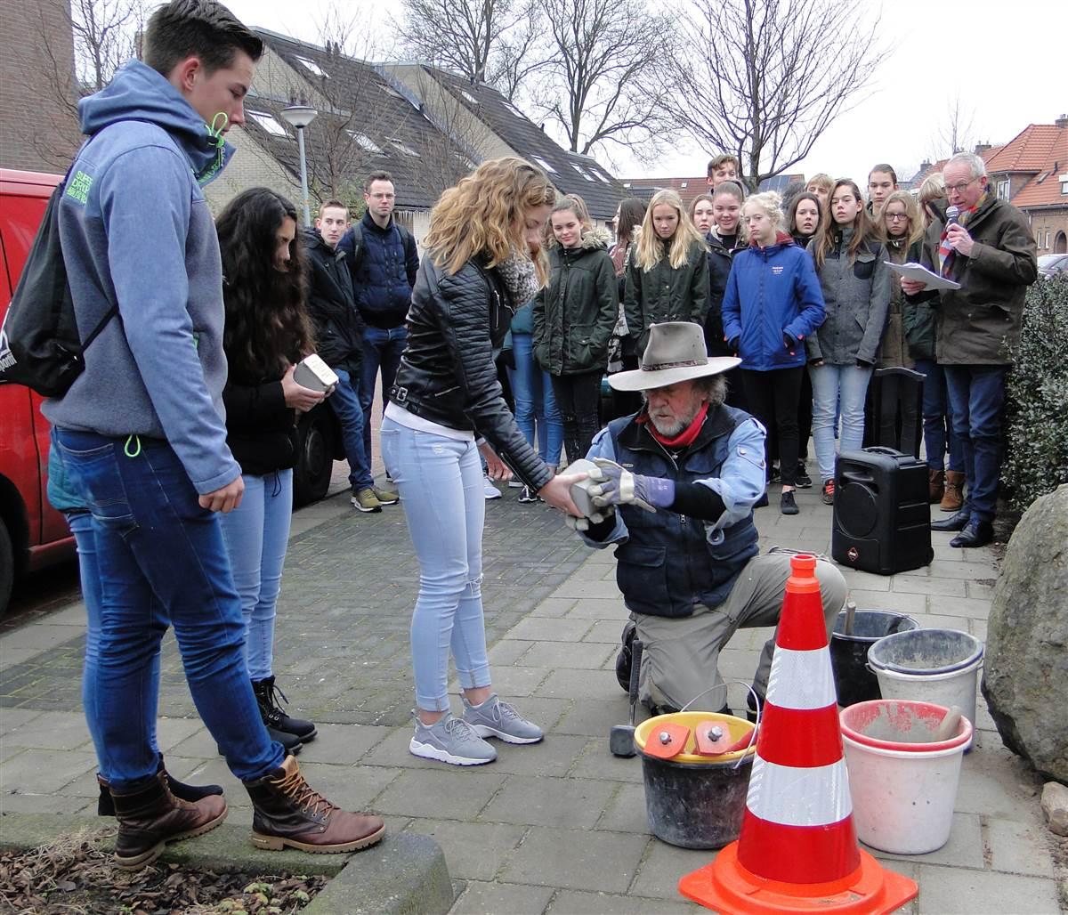 Leerlingen van de RSG reikten Demnig de stenen aan van familie De Leeuw aan de Westwijkstraat 82 (foto Wieske Veldhuis)