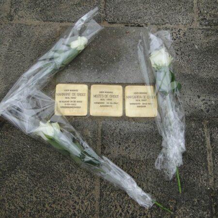 Struikelstenen met rozen Tukseweg 108