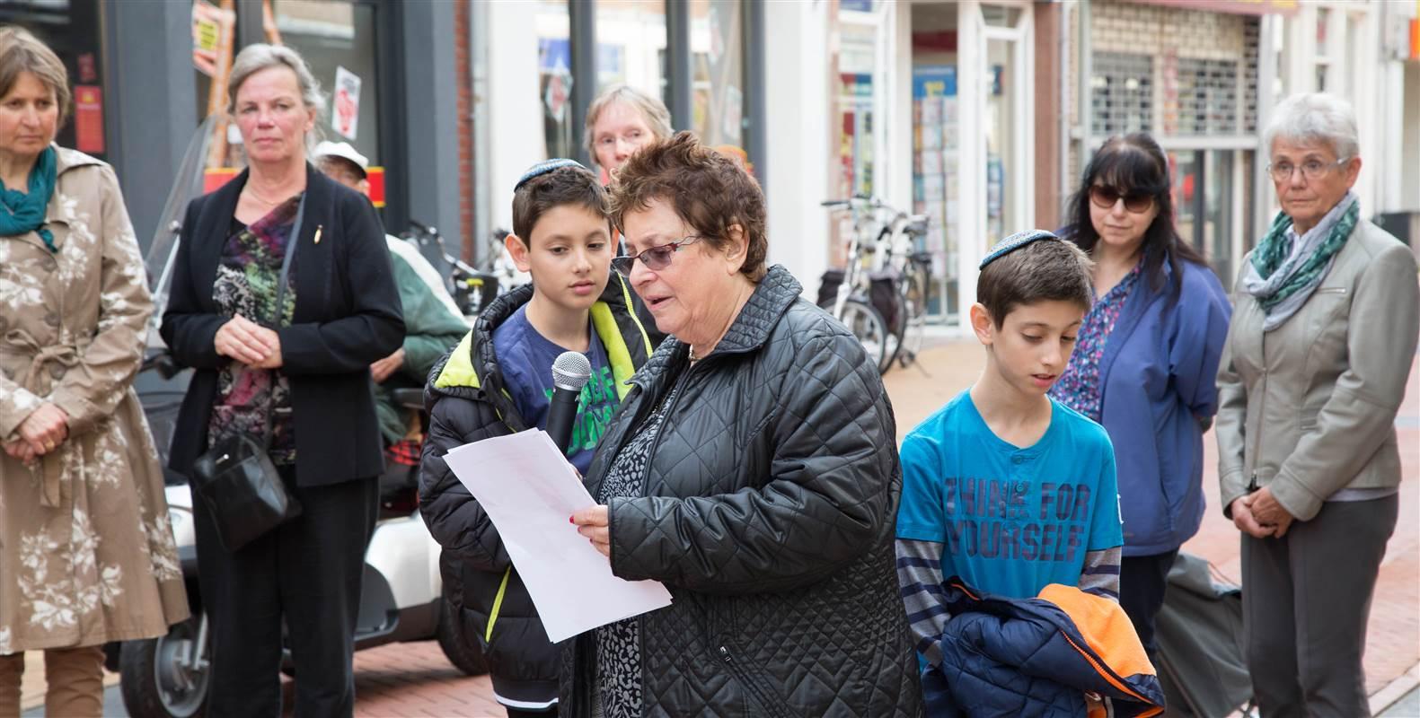Toespraak door Sarah Katznelson-Slager aan de Oosterstraat 85 voor jaar grootmoeder Saartje Slager - Zeehandelaar en haar oom Aaron Slager