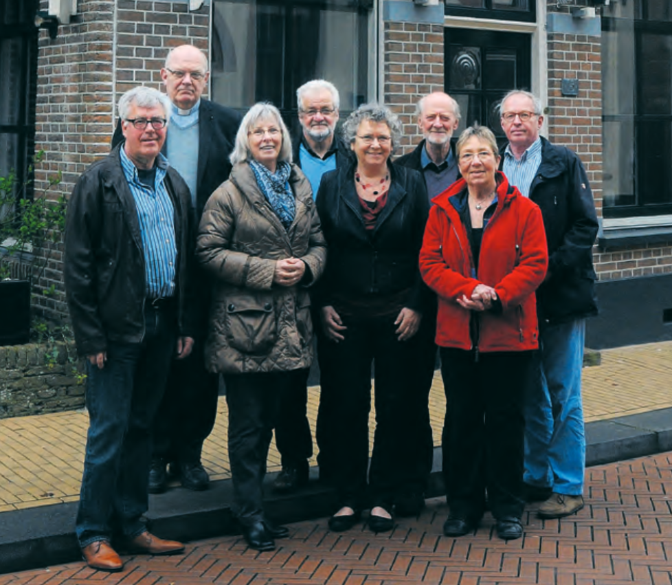 Het bestuur voor het pand Scholestraat 15, waar de familie Slager woonde. Netty Slager had Auschwitz overleefd en keerde terug. Van links naar rechts: Klaas de Jong (voorzitter), pastoor Theo van der Sman, Thea Meijer, ds Bob Haanstra (penningmeester), Marianne van Engelen (secretaris), Ben Jurna (beheerder archief), Marion Grit en Willem Boerma, de huidige bewoner van het pand. (Foto Jan Vredenburg)